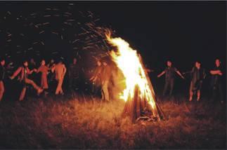 载歌载舞篝火晚会