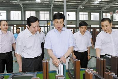 河南省省长谢伏瞻到信阳国际家居产业小镇调研,并参观了天一美家集团信阳天一窗业